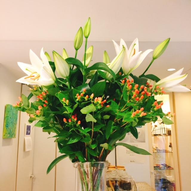 Coiffure Niwa Staff blog::ユリとヒペリカム